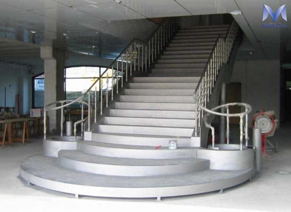 scala in acciaio per centro commerciale